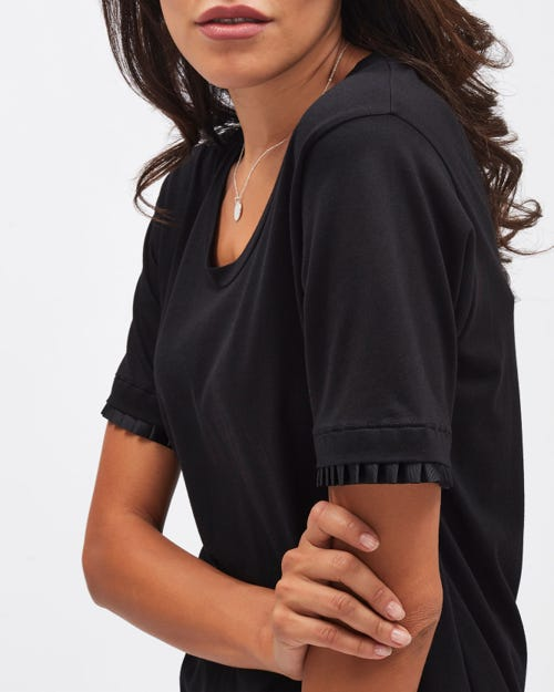CREW NECK TEE CUTIL BLACK WITH PLEATS
